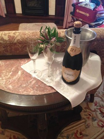 Bella Rose Bed and Breakfast: Champagne waiting in the room