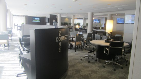 DoubleTree by Hilton Hotel Chicago - Schaumburg: Business center/eating area