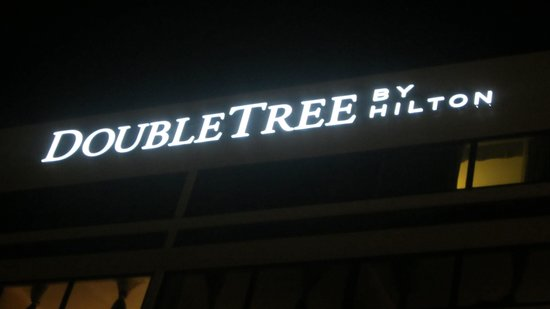 DoubleTree by Hilton Hotel Chicago - Schaumburg: Sign @ night
