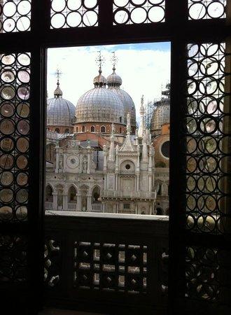 Porta della Carta: Vista de la Catedral de San Marco desde el Palacio Ducal