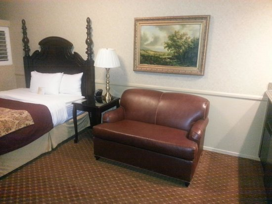 Azure Hotel & Suites Ontario Airport : Various Angles of the Room