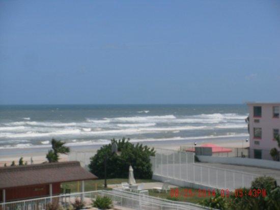 Best Western Aku Tiki Inn: View from our ocean view room pool side not very good