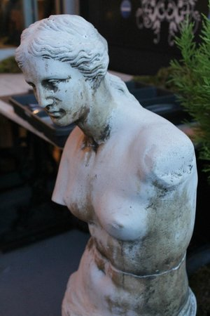 Morgan's Bistro: Beautiful statue next to me on the patio.