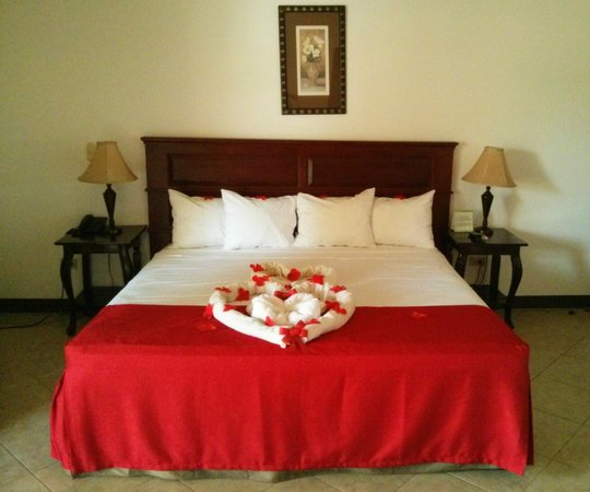 Le Chateau: King size bed