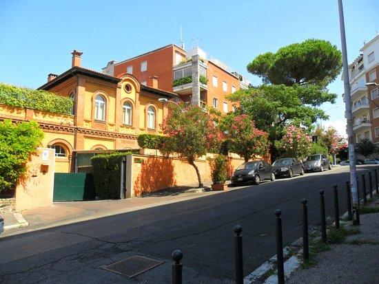Grand Hotel Hermitage: Blick vom Hoteleingang über die Straße