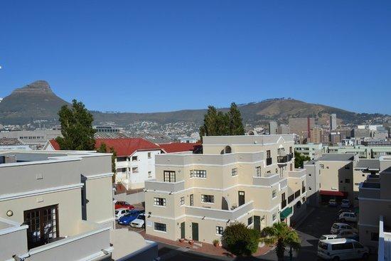 Best Western Cape Suites Hotel : Gezicht op het hotel en Lions Head (berg)