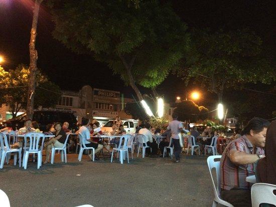 Pak Putra Tandoori & Naan Restaurant : Terraza en plena calle, también pasan coches