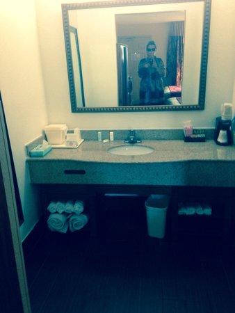 Comfort Inn Downtown: Bath area plenty of fresh towels everyday