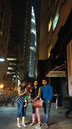Fraser Place Kuala Lumpur : Glimpse of Petronas Towers through hotel lobby