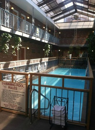 Saratoga Downtowner Motel: The Pool Area