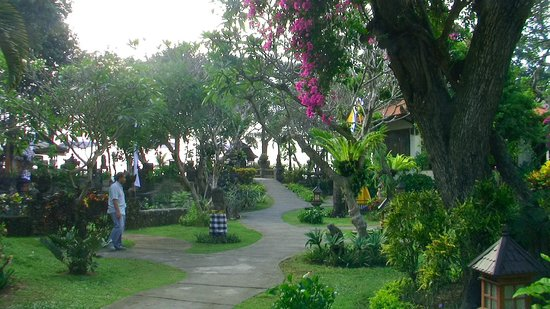 Besakih Beach Hotel: Beautiful gardens leading to the beach front