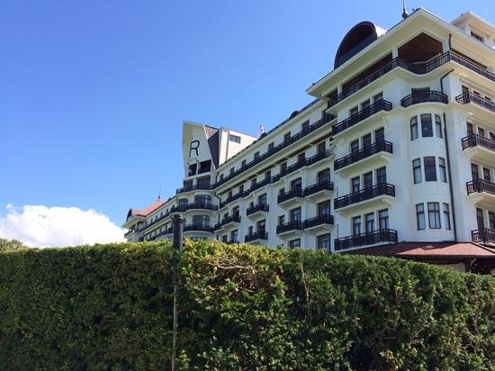 Hotel Royal - Evian Resort: vue de la piscine.