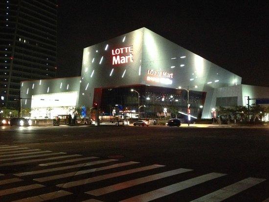 Orakai Songdo Park Hotel: Supermarché voisin LOTTE MART ouvert jusqu'à minuit