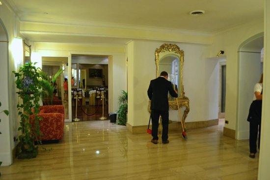Hotel Cecil: hotel loby