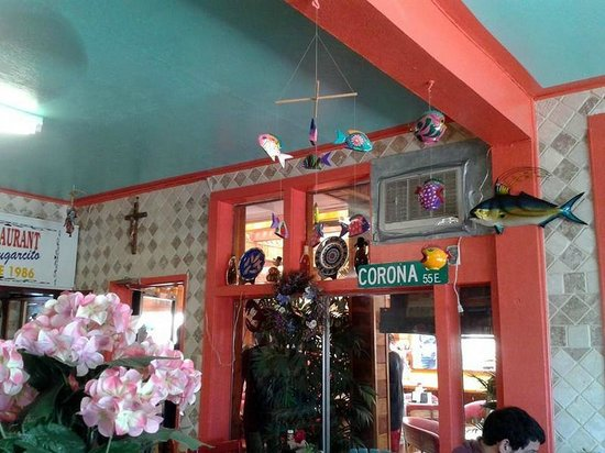 El Lugarcito Restaurant: Cute mobile hangings.