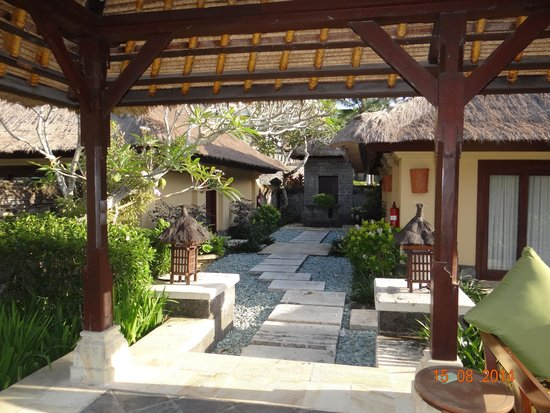 Pan Pacific Nirwana Bali Resort: Vista della family villa dal patio esterno
