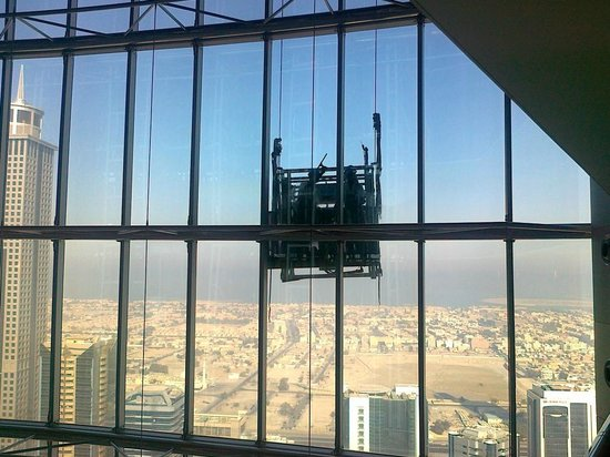 Jumeirah Emirates Towers: Window cleaners at work