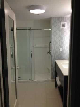 Hampton Inn & Suites Portsmouth Downtown : great spacious bathroom
