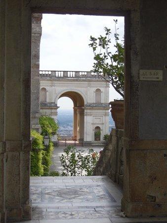 Villa d'Este : View from the entrance to the gardens