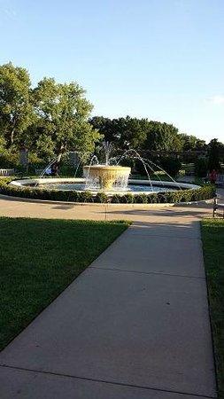 Loose Park Rose Garden: The central fountain