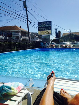 Beau Rivage Motel: Relaxing by the pool