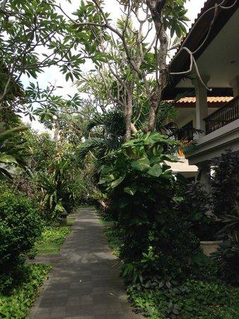 Puri Raja: Nice gardens around hotel