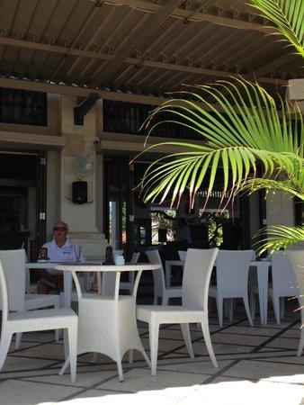 Puri Raja: Restaurant facing the beach - not enough Balinese ambience
