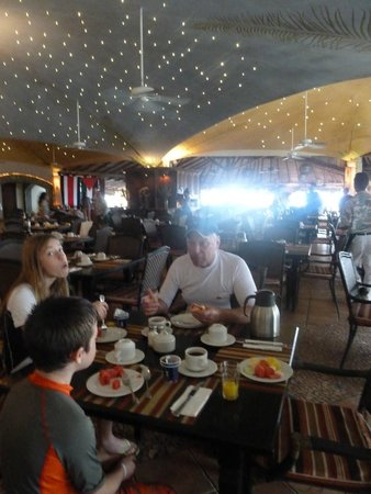 Hotel Tamarindo Diria: The dining area complete with twinkling stars