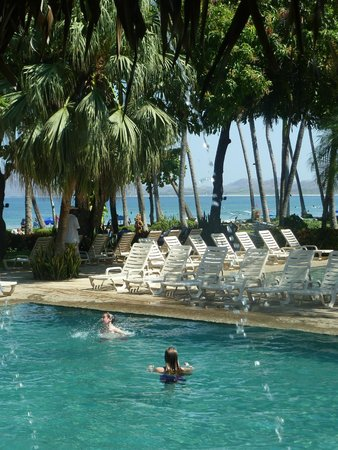 Hotel Tamarindo Diria: This is the pool and beach area at the main building.