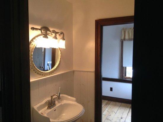 Olde Angel Inn Hotel and Restaurant: Bathroom