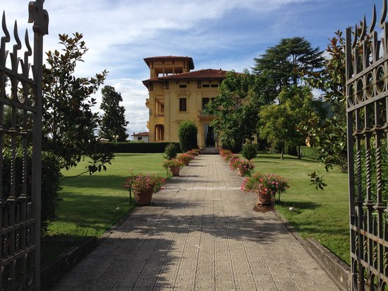 Ingresso giardino con hotel sullo sfondo foto di villa - Ingresso giardino ...