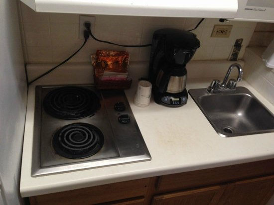 Travelodge Inn & Suites San Antonio Airport : burned old food under the stove coils & duct tape?