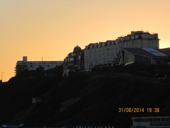 Bournemouth Highcliff Marriott Hotel: The hotel ( taken from the pier)