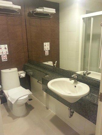 Bangkok Loft Inn: The bathroom