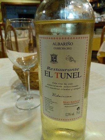 Marisqueria El Tunel: own branded local wine