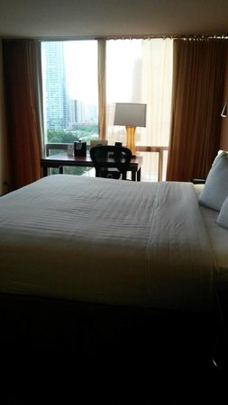 Chicago's Essex Inn : Corner Room with king size bed