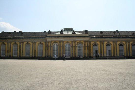 Sanssouci Palace: Il retro del palazzo con l'entrata