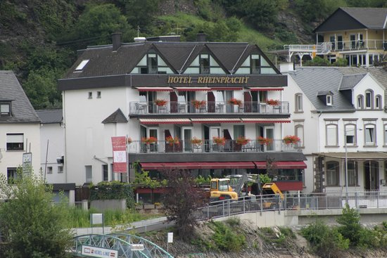 Hotel Rheinpracht: view of the hotel from the riverboat