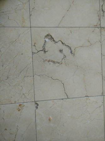 Tijuana Marriott Hotel: Broken floors