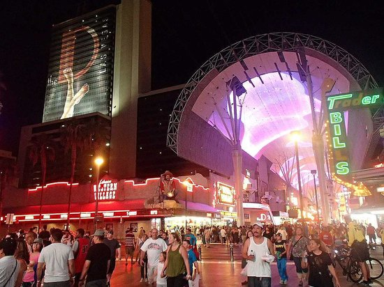 Fremont Street Experience: Busy busy busy