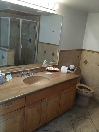 Little Sur Inn: Nicely appointed bathroom with tile and granite