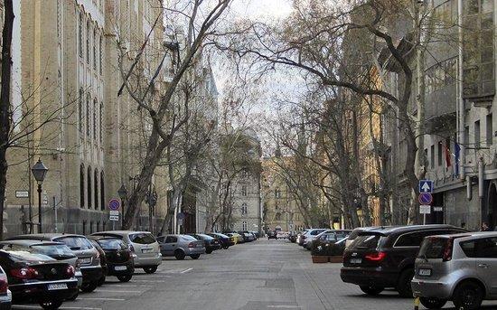 Quiet nice street, Hold utca.