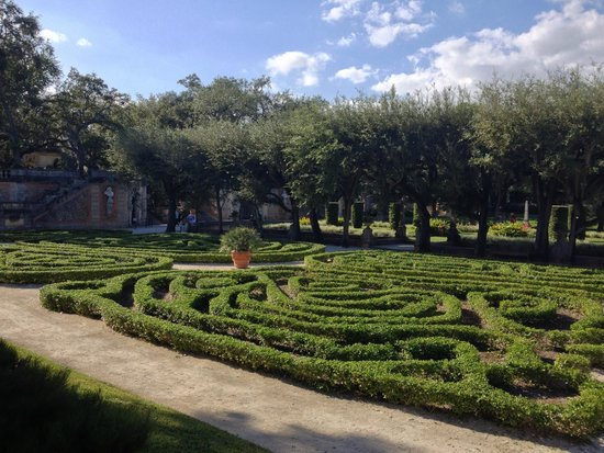 Vizcaya Museum and Gardens: The perfectly manicured garden.