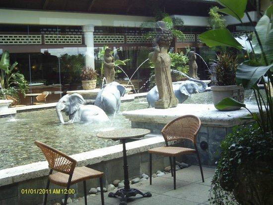 Loews Royal Pacific Resort at Universal Orlando : center courtyard