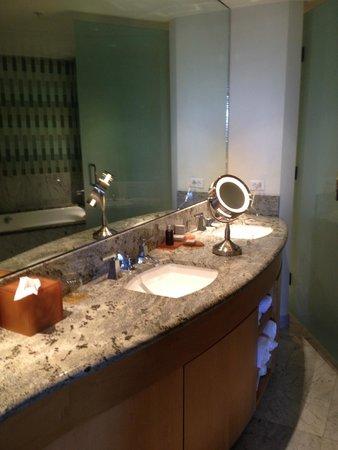 Seminole Hard Rock Hotel Hollywood: nice magnified mirror