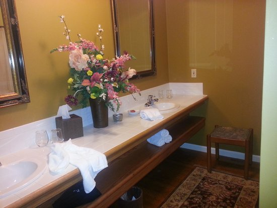 The Inn at Leola Village: Bathroom area