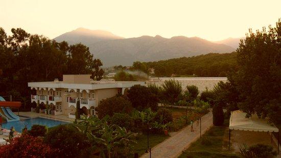 Club Fontana Life: Рассвет с балкона на гору Тахталы