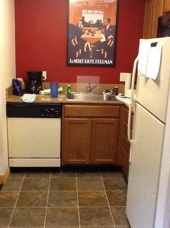 Residence Inn Boston Westford: kitchenette