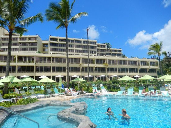 St. Regis Princeville Resort: View of hotel from the pool