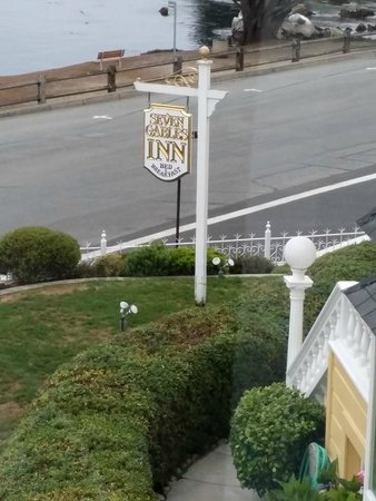 Seven Gables Inn: Signage in front of the Inn